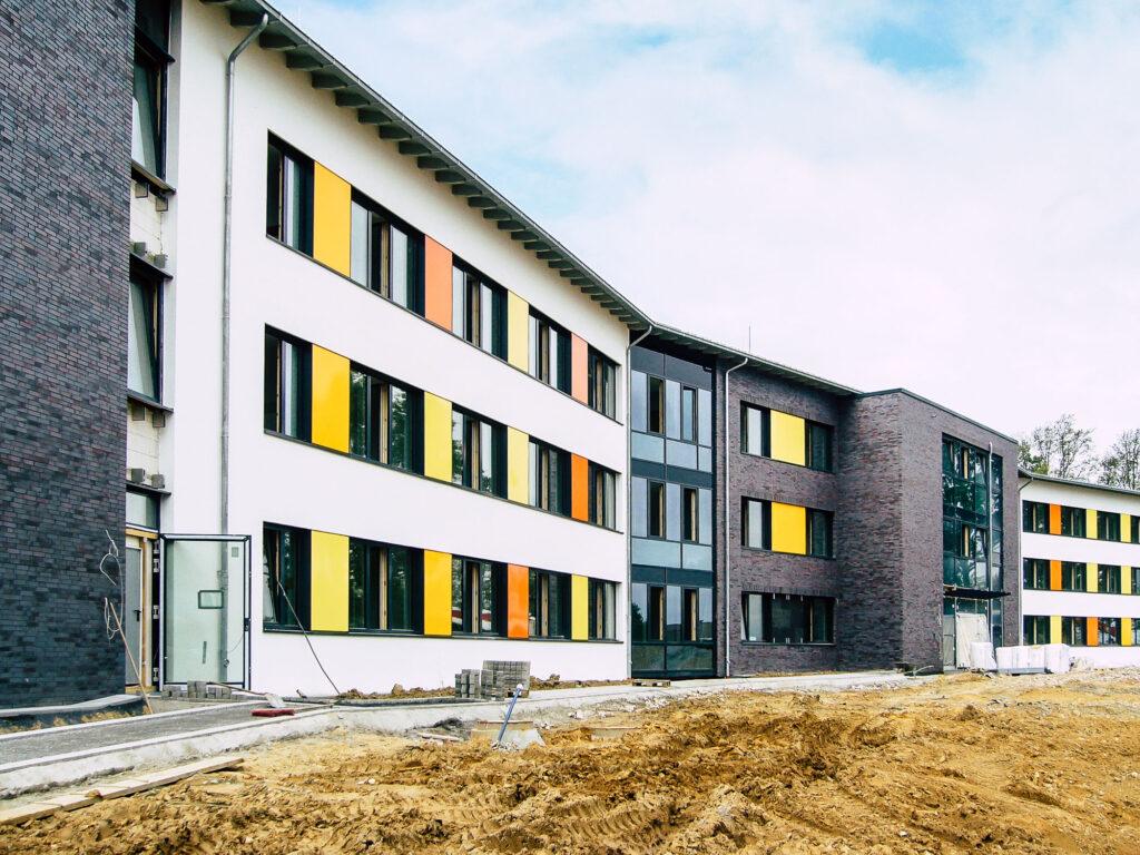 Neubau des Klinikums in Viersen: Dacheindeckung mit Alumniumstehfalz.