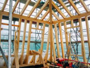 Klingspor-Museum in Offenbach am Main: Holzbau, Errichtung eines Dachstuhls mit Mansarde und Dachgauben mit anschließender Schiefereindeckung.