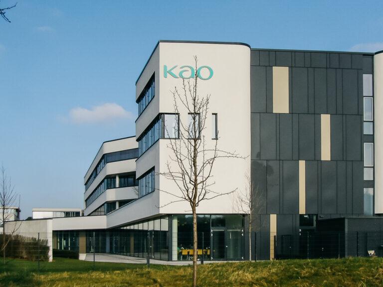KAO Germany in Darmstadt: Flachdachabdichtung Null Grad Dach mit Bitumenschweißbahn, Dachbegrünung extensiv auf Mäanderplatten.